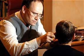 Franziskussprechstunde - Dr. Achim Kürten hilft mit Akupunktur allergiekranken und infektanfälligen Kindern Foto: Augen-Blick