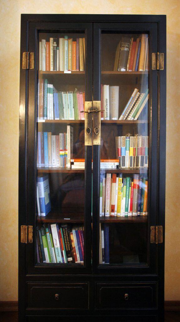 Bibliothek des Zentrums (Buchregal Zimmer 8)
